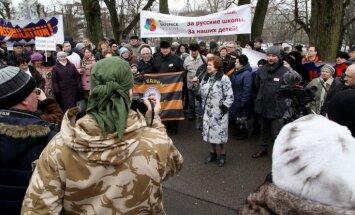 'Latvijas Krievu savienības' protesta akcija pulcē vairāk nekā tūkstoš cilvēku