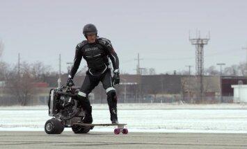 Video: Dolfs Lundgrēns brauc ar 'Ford' dzinēju darbināmu skrituļdēli