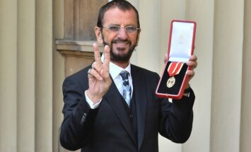 Foto: Ringo Stārs saņem bruņinieka titulu