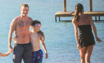 Paparaci foto: Pasaulē skaistākais pāris pludmalē ar saviem bērniņiem
