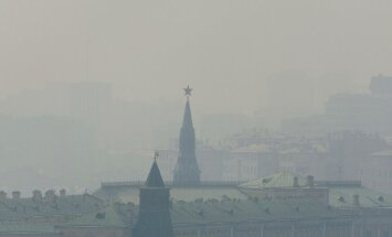 epa02262700 Moscow's Kremlin, covered by heavy smog in the centre of Moscow, Russia 27 July 2010. Media reports state that Muscovites are struggling to breathe the capital is blanketed in smoke as a record-setting heatwave that that has already ruined cro