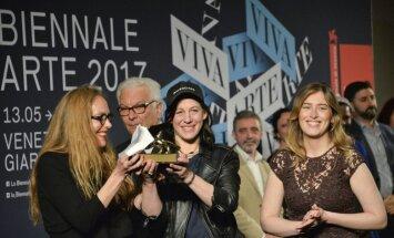 Venēcijas biennālē triumfē Vācijas paviljons un māksliniece Anne Imhofa