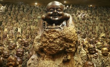 Dagestānas cīkstoņi Kalmikijā nokārtojas templī un sit pa degunu Budas statujai