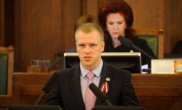 Pēc ECT lēmuma apturēt Čalovska izdošanu Elksniņš skubina NA atsaukt no amata Bordānu