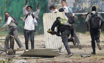 Studentu protesti Kašmirā pārauguši sadursmēs ar valdības spēkiem