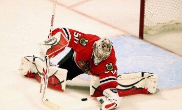 'Blackhawks' gūst punktus 23. NHL spēlē pēc kārtas, turpinot rekordu