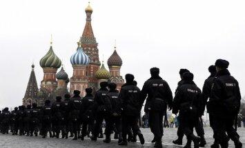 Foto: Gatavojoties protestiem, policija apjož Maskavas laukumus un aiztur cilvēkus