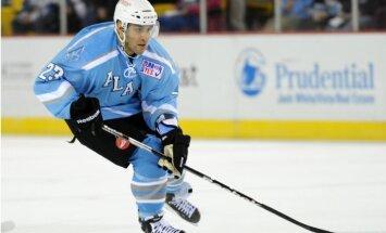 NHL uzbrucējs piekrīt jaunam līgumam par desmitreiz mazāku algu