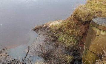Beigta zivs, pleķi un neattīrīti notekūdeņi Gaujā – VVD konstatē pārkāpumus 'Vangažu avotā'