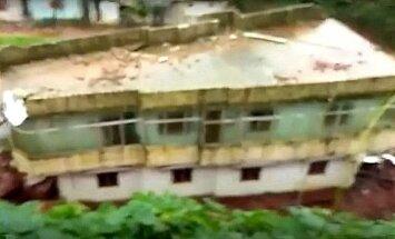 Video: Plūdu postītajā Keralā no pakalna nošļūc māja