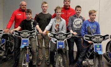 Rīgas spīdveja skolai pasniedz desmit jaunus 'Jawa' spīdveja motociklus