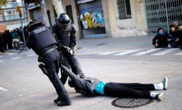 Foto: Katalāņu aktīvisti masveidā bloķē reģiona lielākos ceļus