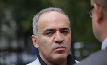 Saeimas komisija pagaidām neskata Kasparova lūgumu piešķirt Latvijas pilsonību