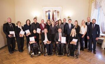 Foto: Saeimā sumina Latvijas paralimpiešus un džungļu maratona uzvarētāju Almu Vītolu
