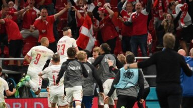 Dānija uzplaukst pēdējā grupas spēlē un ar sagrāvi pār Krieviju tiek 'play-off'