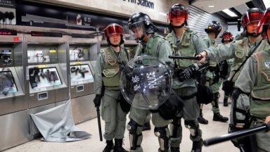 Foto: Protestētāji Honkongā izdemolē metro staciju un lielveikalu