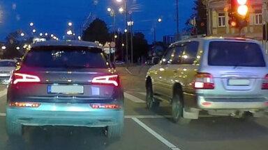 Video: 'Audi Q5' un 'Land Cruiser' sacenšas, kurš pirmais tiks uz VEF tilta