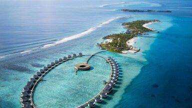 Foto: Maldīvu salās tapuši luksusa namiņi virs tirkīzzilā ūdens