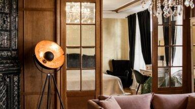 Podiņu krāsnis, ģipšu lējumi un citas laika liecības: grezni apartamenti Cēsīs