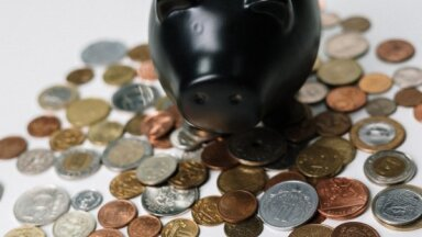 Iedzīvotāji kontos glabā 10 reižu vairāk naudas nekā investējuši finanšu instrumentos, liecina pētījums