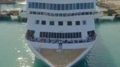 ФОТО, ВИДЕО. Невероятно: Гигантский круизный лайнер втиснулся в узкий канал