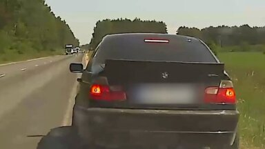 Video: Jelgavā policija aptur BMW, kas traucies ar 122 km/h