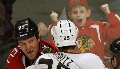 'Policisti' izmiruši, 'žurkas' gavilē. Vai NHL hokejs bez kautiņiem ir drošāks?