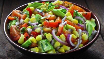 Tomātu un avokado salāti ar papriku un kukurūzu
