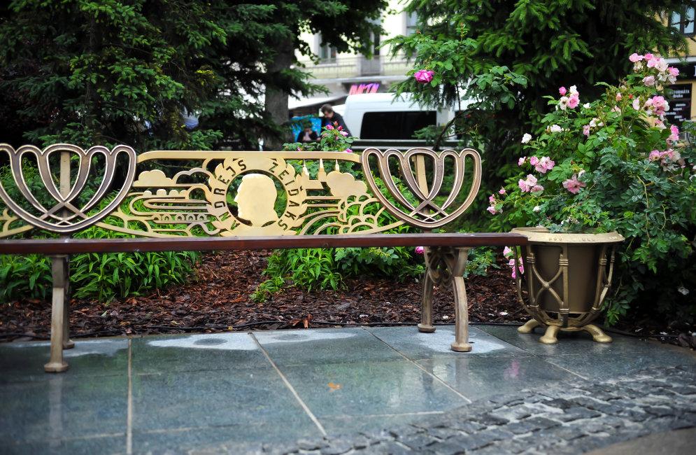 В Риге открыли памятник-скамейку первым садовникам
