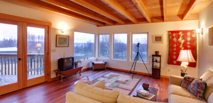 Деревянный потолок в интерьере, его преимущества и недостатки
