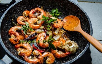 Mēli var norīt – debešķīgas receptes izsmalcinātām vakariņām ar garnelēm