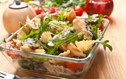 Vakariņas visām gaumēm – makaronu salāti ātrai apēšanai vai līdzņemšanai