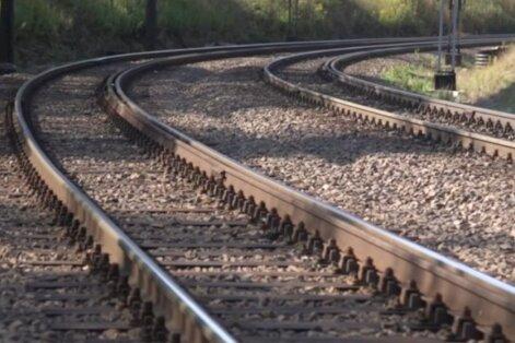 Vīrieti aizķer garām braucošs vilciens