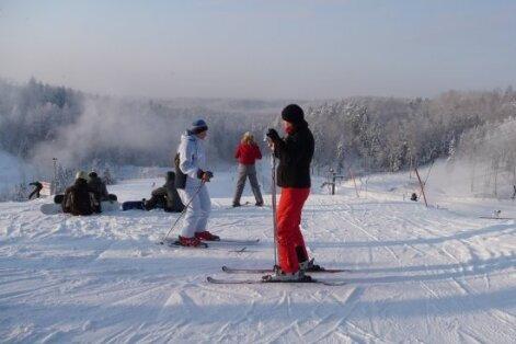 Sestdien Latvijas slēpošanas trasēs divi vīrieši salauzuši kājas
