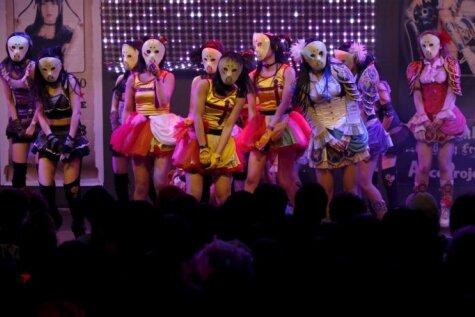 18 meitenes ar aizsegtām sejām liek japāņiem sajūsmā kust