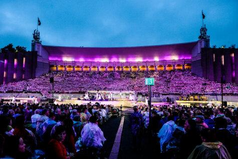 Это грандиозно: в Межапарке одновременно спели 15 тысяч человек!