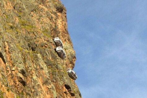 Atklāta, iespējams, pasaulē bīstamākā viesnīca, kas iekārta klintī<o:p></o:p>