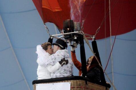 Под Екабпилсом попытались установить рекорд Гиннесса по числу свадеб в воздухе