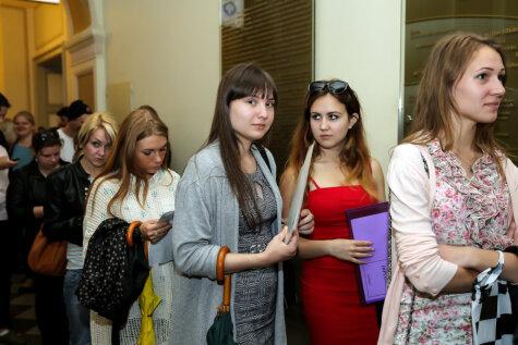 Жажда знаний: прекрасные девушки и юноши в очереди в Латвийский университет