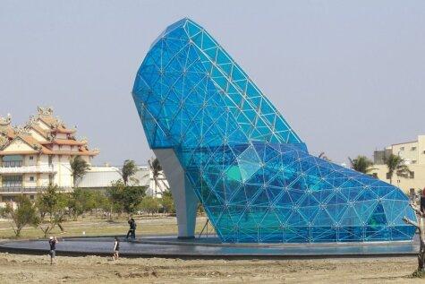 Taivānā uzcelta zila baznīca, kas izskatās pēc kurpes