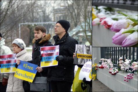 Контраст у посольства России в Риге: цветы жертвам крушения