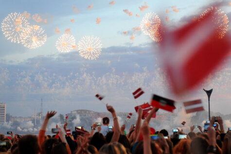 Люди, увидевшие на Празднике песни флаги