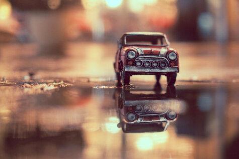 Фотограф путешествует по миру и делает чудесные фото игрушечных машинок