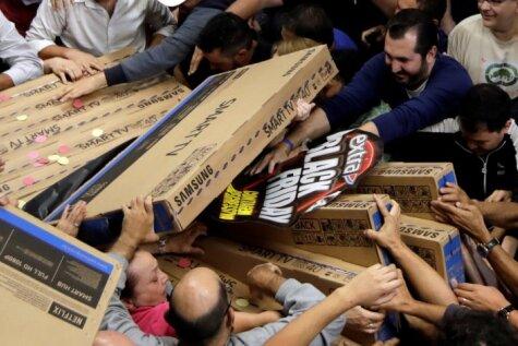 ФОТО. Американцы штурмуют магазины в
