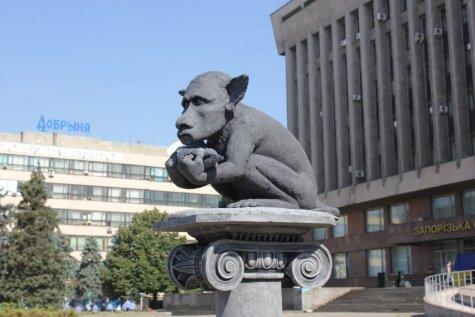 Ukrainā uzstādīta, iespējams, pati smieklīgākā Putina skulptūra