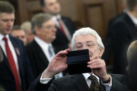 Selfiji un skatīšanās telefonos arī Saeimā
