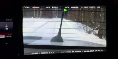 Policists ar patruļmašīnu ieslīdējis grāvī
