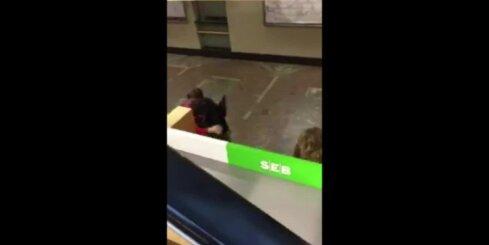 Aculiecinieka video: Rīgas Pasažieru stacijā izvicina dūres divi jauni vīrieši