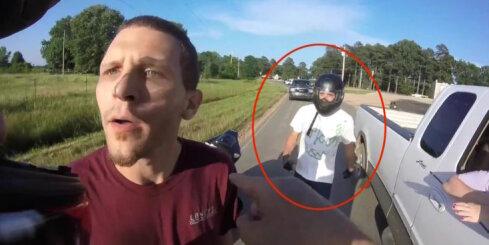 Motociklistu un pikapa vadītāja konflikts ASV