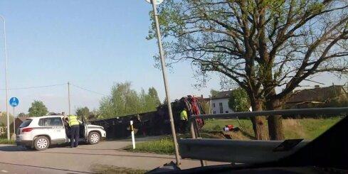 Uz Bauskas šosejas avarē kravas auto